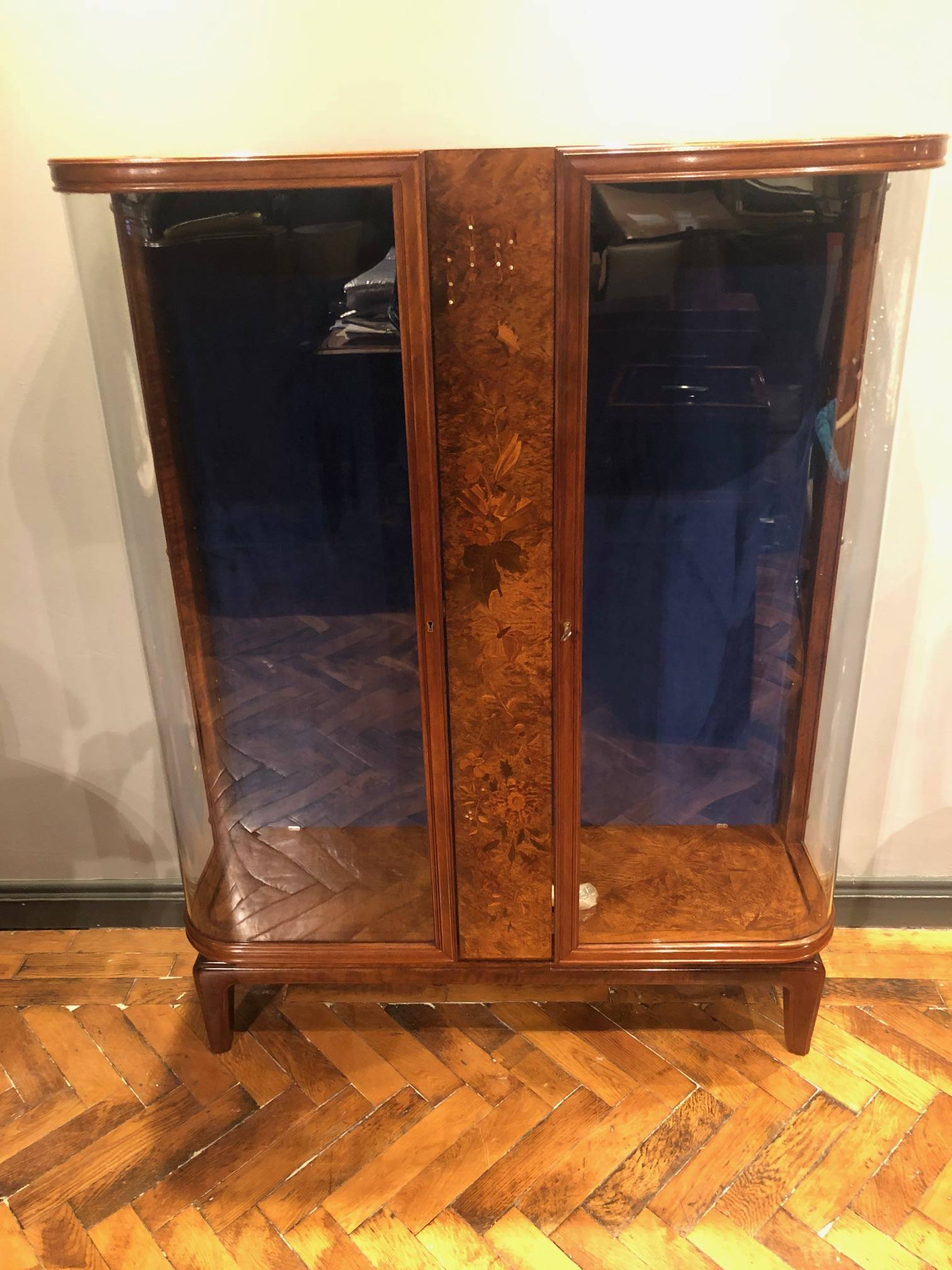 STUNNING AMBOYNA DISPLAY CABINET IN THE HIGH ART DECO STYLE